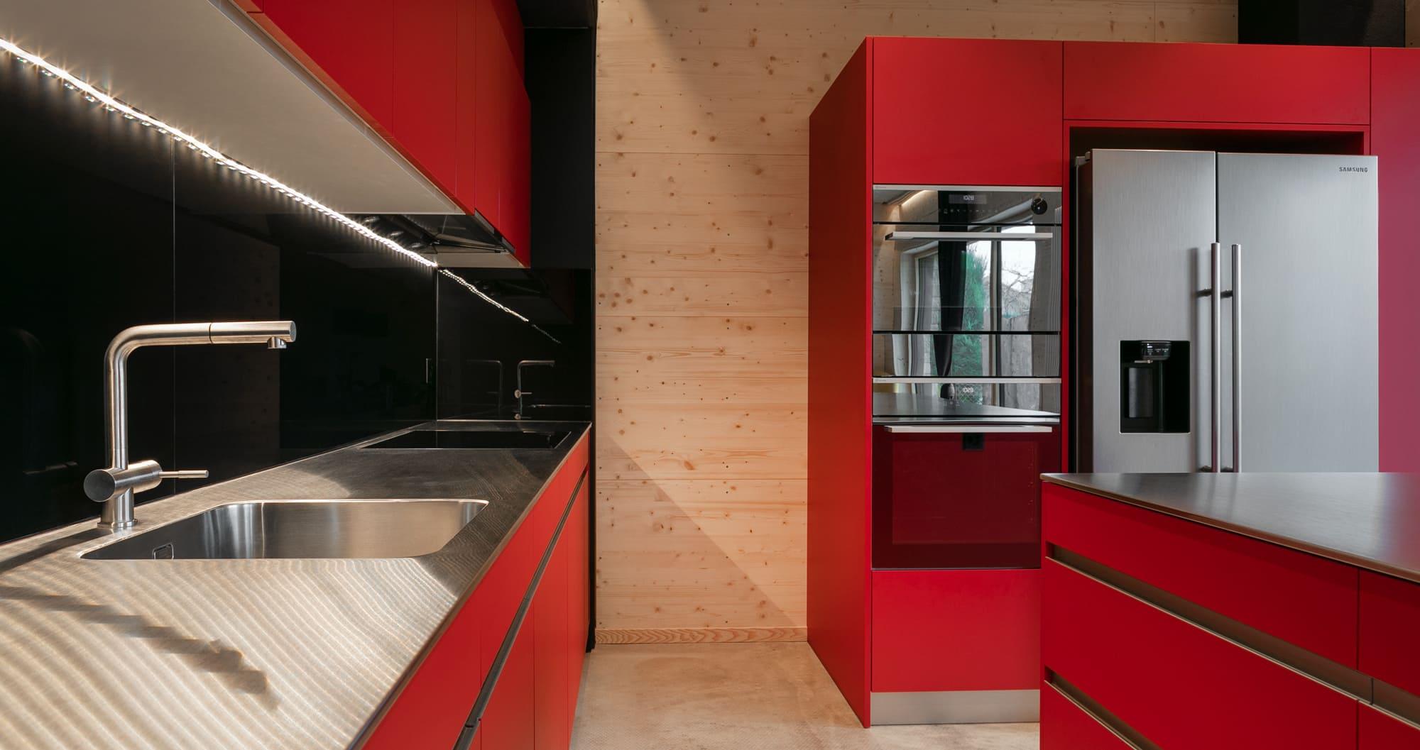 Küche in einer Fabrik rot Gyger Küchen GmbH