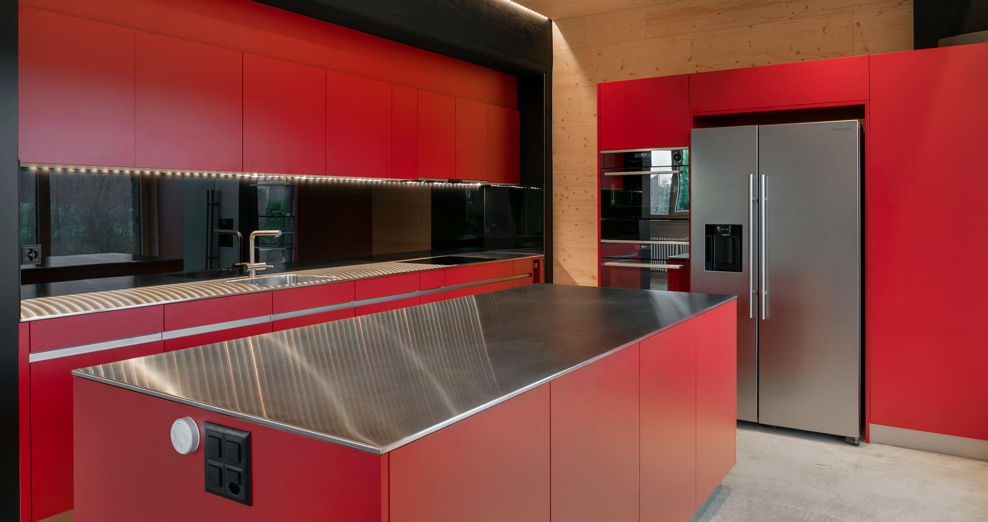 Rote Küche in Fabrik komplett Gyger Küchen GmbH