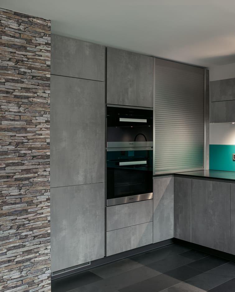 Moderne Küche mit Steinen Gyger Küchen GmbH